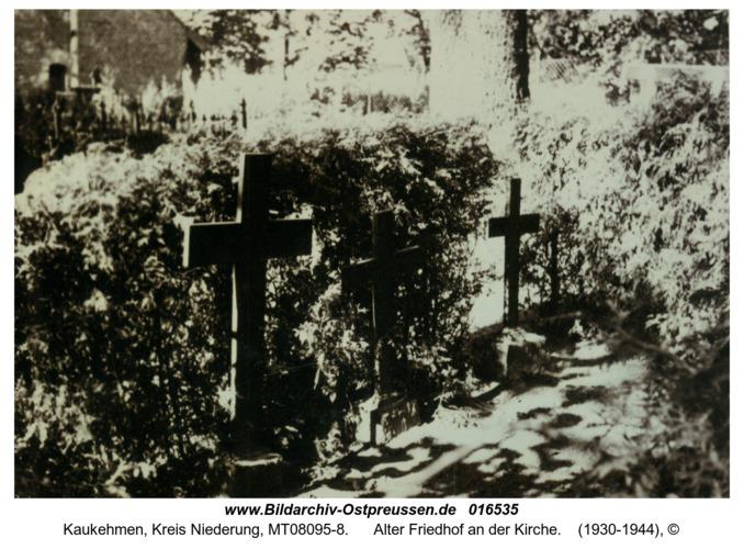 Kuckerneese, Alter Friedhof an der Kirche