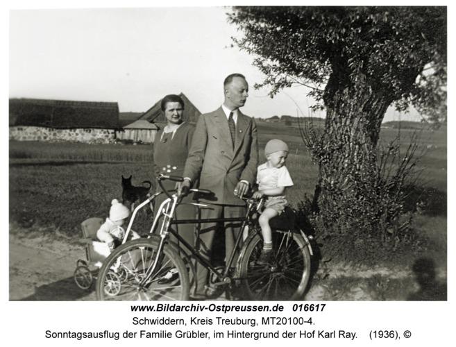 Schwiddern Kr. Treuburg, Sonntagsausflug der Familie Grübler, im Hintergrund der Hof Karl Ray