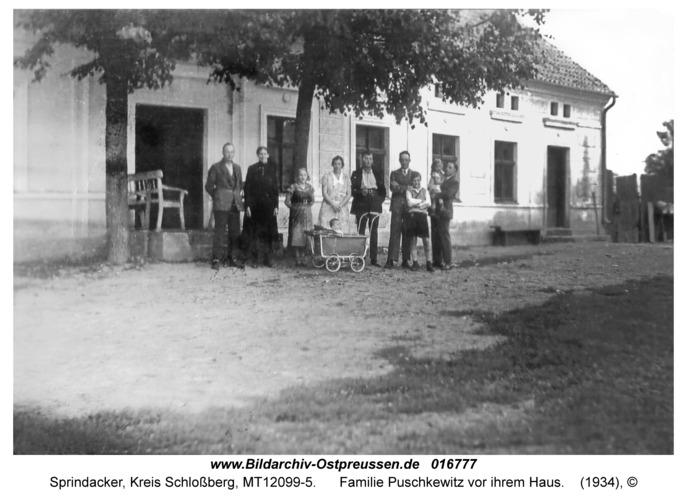 Sprindacker, Familie Puschkewitz vor ihrem Haus