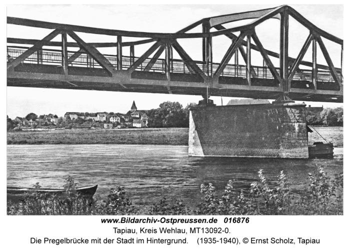 Tapiau, Die Pregelbrücke mit der Stadt im Hintergrund