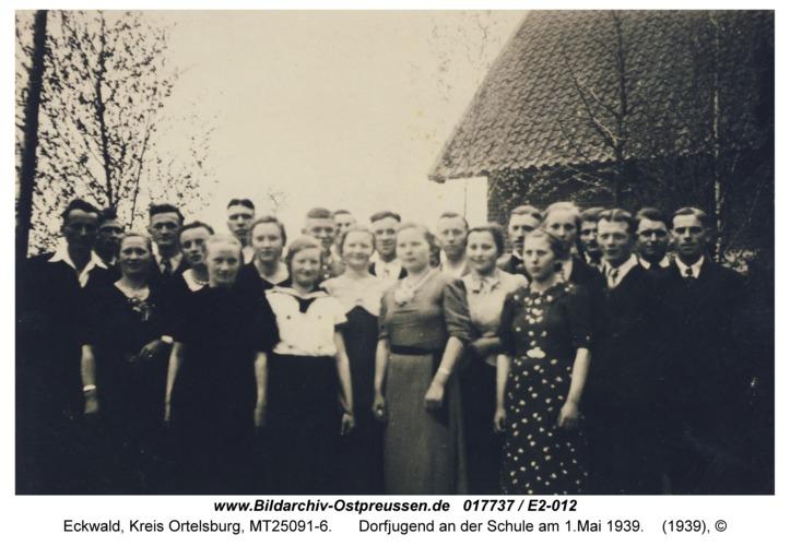 Eckwald, Dorfjugend an der Schule am 1.Mai 1939