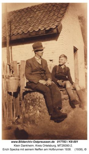 Klein Dankheim, Erich Specka mit seinem Neffen am Hofbrunnen 1938
