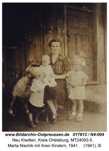 Neu Kiwitten, Marta Nischik mit ihren Kindern, 1941