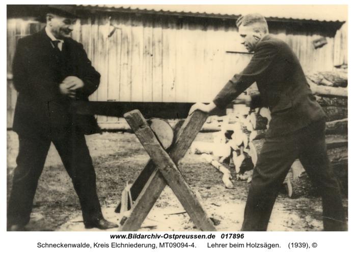 Schneckenwalde, Lehrer beim Holzsägen