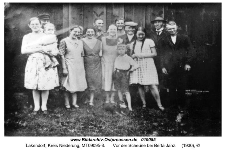 Lakendorf, Vor der Scheune bei Berta Janz