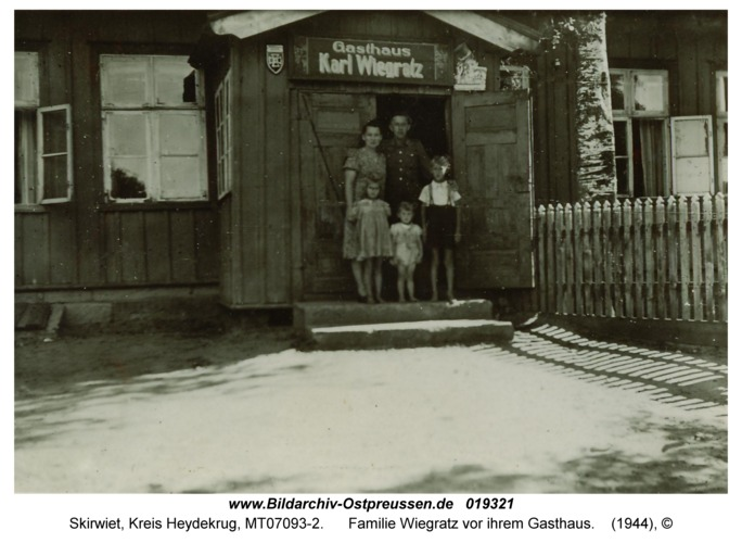 Skirwiet, Familie Wiegratz vor ihrem Gasthaus