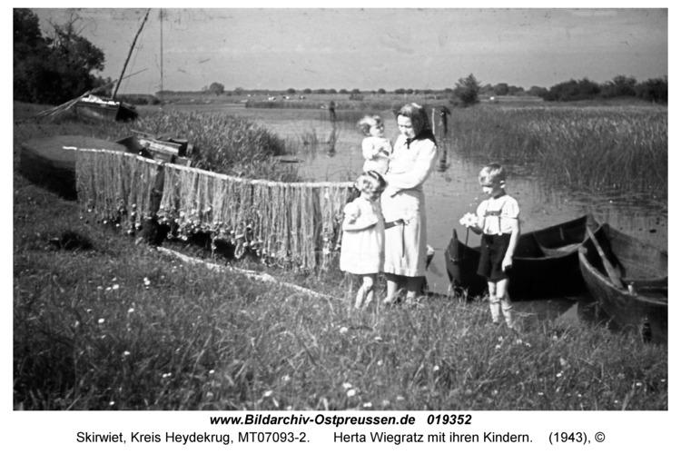 Skirwiet, Herta Wiegratz mit ihren Kindern
