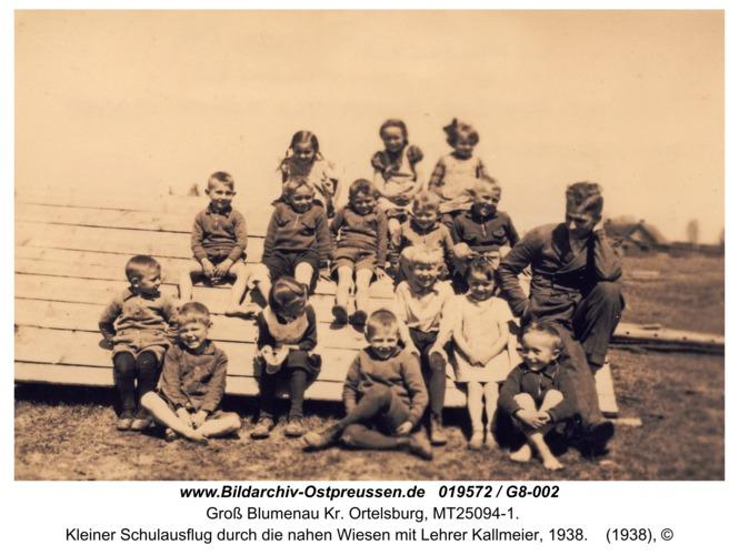 Groß Blumenau Kr. Ortelsburg, Kleiner Schulausflug durch die nahen Wiesen mit Lehrer Kallmeier, 1938