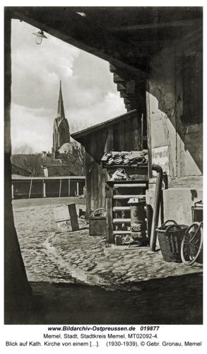 Memel, Blick auf Kath. Kirche von einem Hof aus