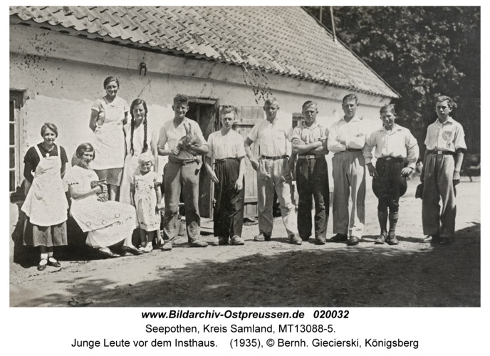 Seepothen Kr. Samland, Junge Leute vor dem Insthaus