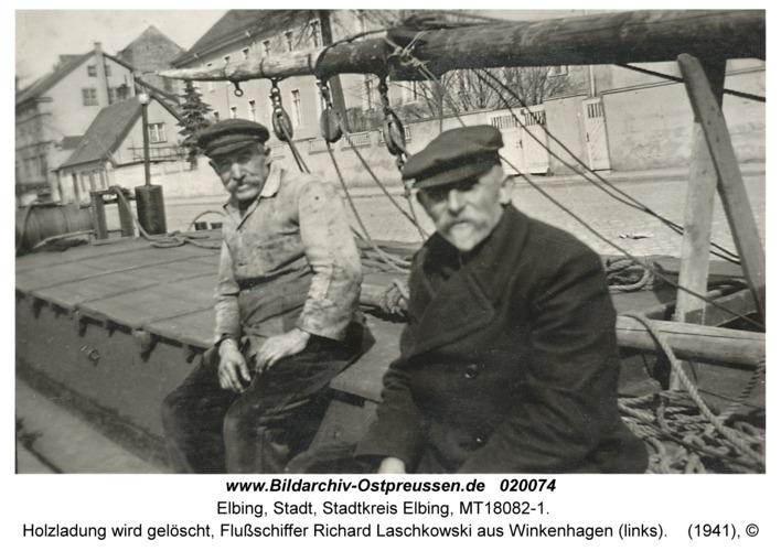 Elbing, Holzladung wird gelöscht, Flußschiffer Richard Laschkowski aus Winkenhagen (links)