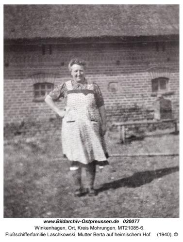 Winkenhagen, Flußschifferfamilie Laschkowski, Mutter Berta auf heimischem Hof