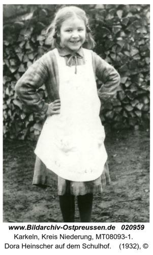 Karkeln, Dora Heinscher auf dem Schulhof