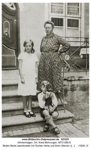 Winkenhagen, Mutter Berta Laschkowski mit Tochter Herta und Sohn Werner vor dem Wohnhaus der Laschkowskis