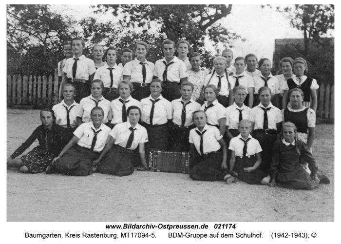 Baumgarten Kr. Rastenburg, BDM-Gruppe auf dem Schulhof