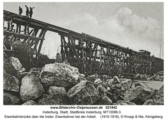Insterburg, Eisenbahnbrücke über die Inster, Eisenbahner bei der Arbeit