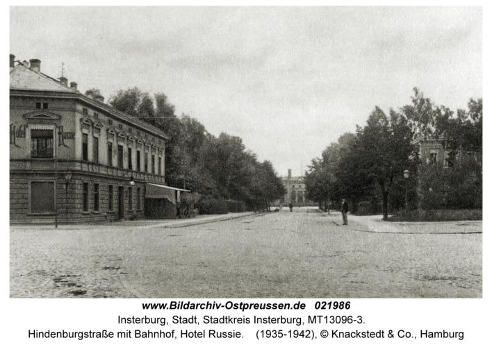 Insterburg, Hindenburgstraße mit Bahnhof, Hotel Russie