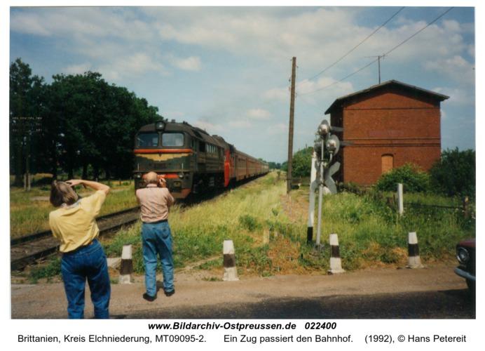 Brittanien, Ein Zug passiert den Bahnhof