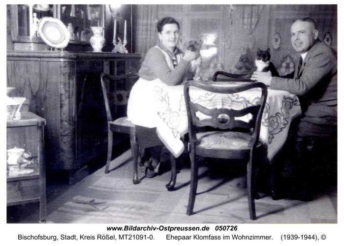 Bischofsburg, Ehepaar Klomfass im Wohnzimmer