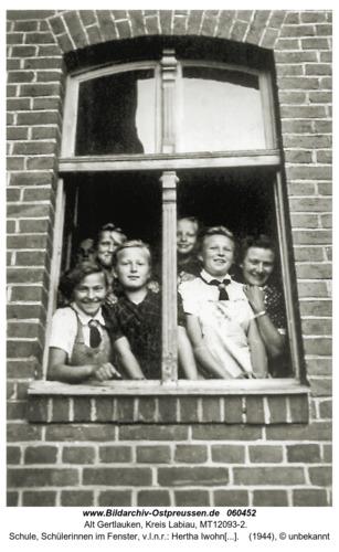 Alt Gertlauken, Schule, Schüler im Fenster