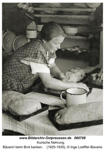 Kurische Nehrung, Bäuerin beim Brot backen