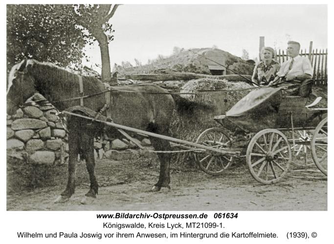 Königswalde, Wilhelm und Paula Joswig vor ihrem Anwesen, im Hintergrund die Kartoffelmiete