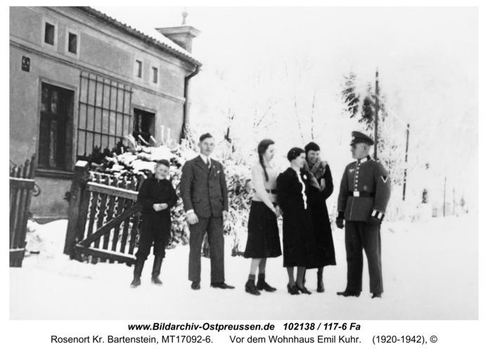Rosenort Kr. Bartenstein, Vor dem Wohnhaus Emil Kuhr