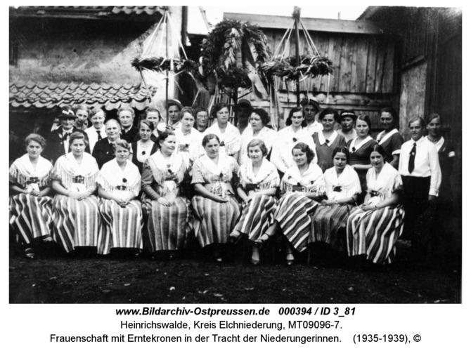 Heinrichswalde, Frauenschaft mit Erntekronen in der Tracht der Niederungerinnen