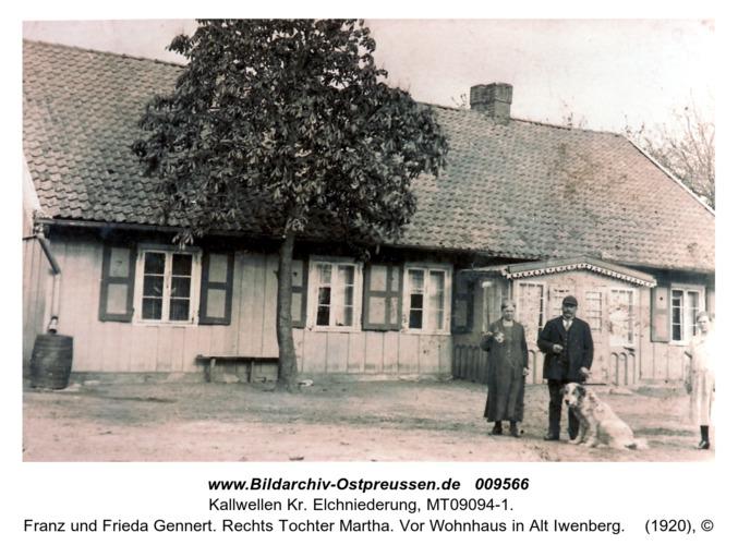 Franz und Frieda Gennert. Rechts Tochter Martha. Vor Wohnhaus in Alt Iwenberg