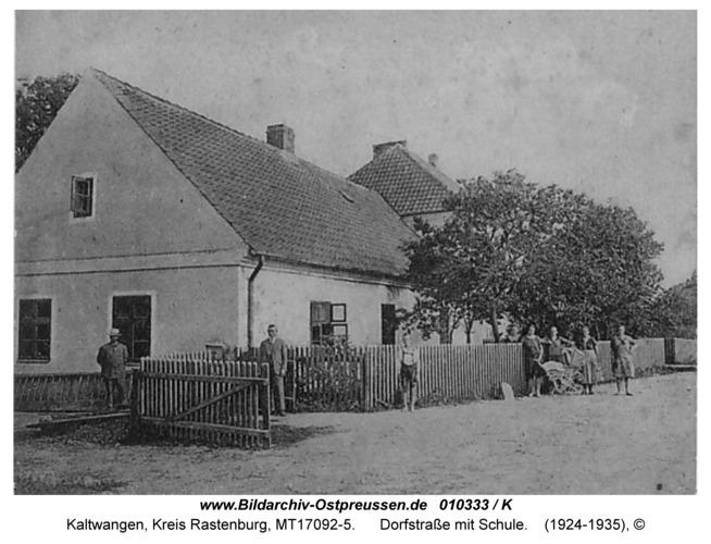 Kaltwangen, Dorfstraße mit Schule