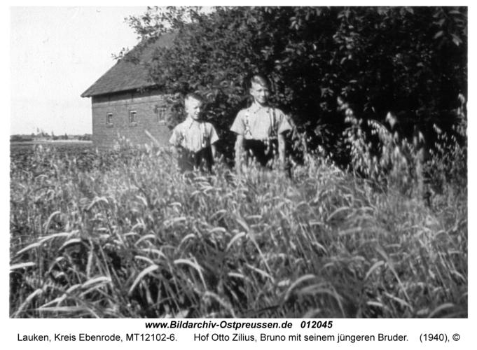 Lauken, Hof Otto Zilius, Bruno mit seinem jüngeren Bruder