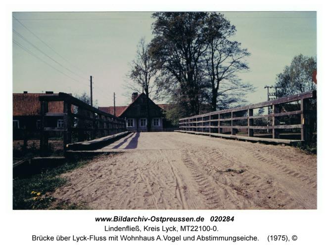 Lindenfließ, Brücke über Lyck-Fluss mit Wohnhaus A.Vogel und Abstimmungseiche