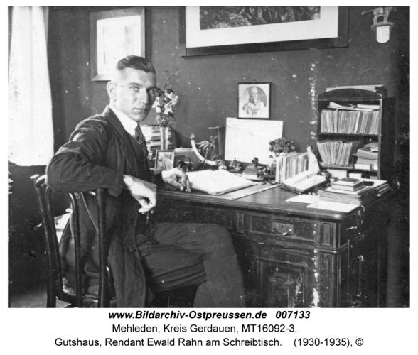 Mehleden, Gutshaus, Rendant Ewald Rahn am Schreibtisch