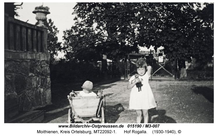 Moithienen, Rosemarie und Elisabeth John vor dem Gutshaus
