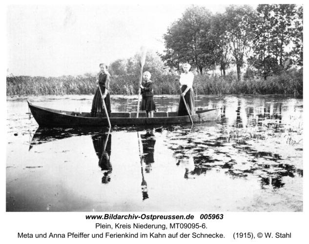 Plein, Meta und Anna Pfeiffer und Ferienkind im Kahn auf der Schnecke