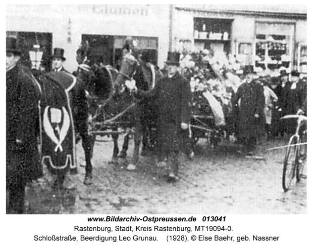 Rastenburg, Schloßstraße, Beerdigung Leo Grunau