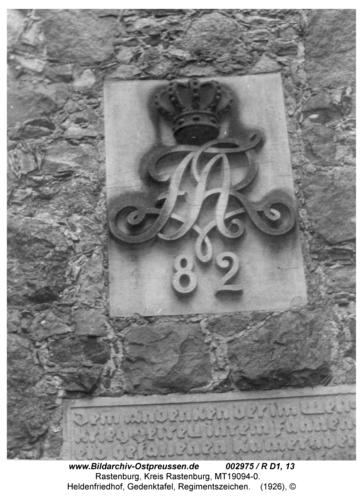 Rastenburg, Heldenfriedhof, Gedenktafel, Regimentszeichen