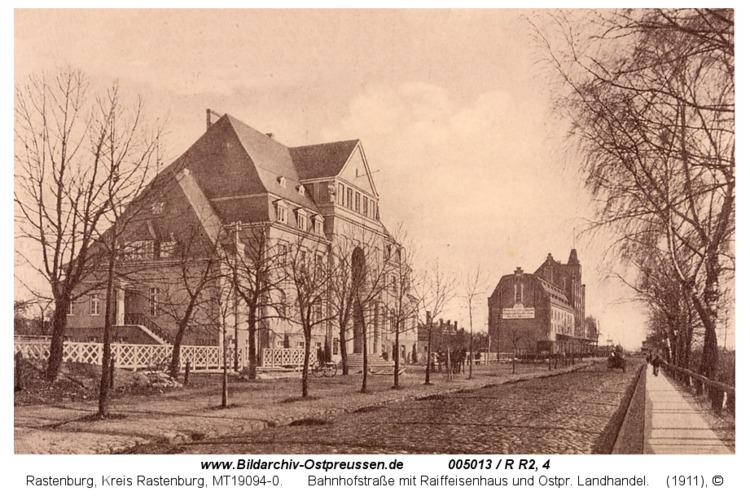 Rastenburg, Bahnhofstraße mit Raiffeisenhaus und Ostpr. Landhandel