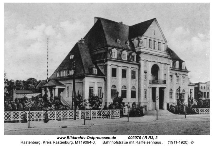 Rastenburg, Bahnhofstraße mit Raiffeisenhaus