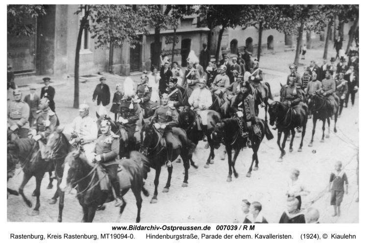 Rastenburg, Hindenburgstraße, Parade der ehem. Kavalleristen