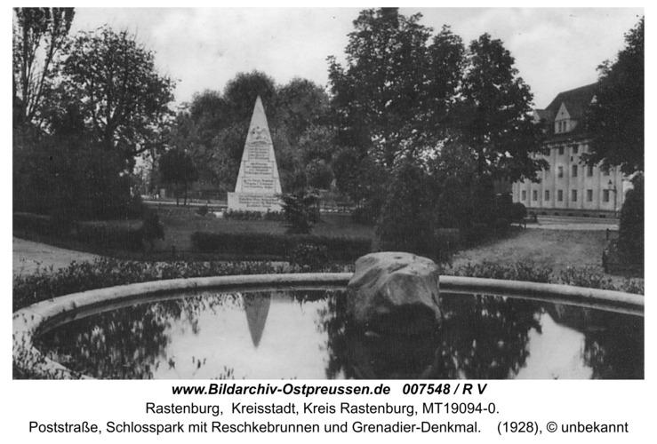 Rastenburg, Poststraße, Schloßpark mit Reschkebrunnen und Grenadier-Denkmal
