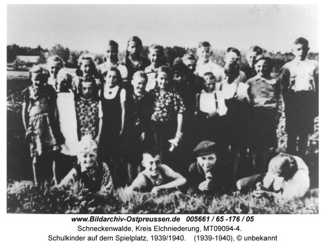 Schneckenwalde, Schulkinder auf dem Spielplatz, 1939/1940