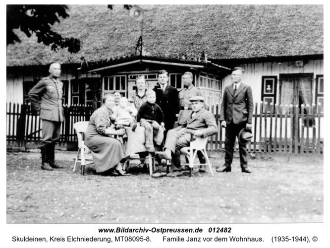 Skuldeinen, Familie Janz vor dem Wohnhaus