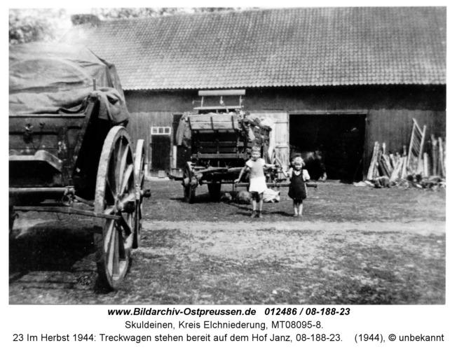 Skuldeinen, 23 Im Herbst 1944: Treckwagen stehen bereit auf dem Hof Janz, 08-188-23