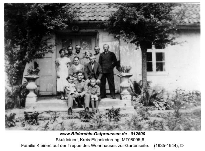 Skuldeinen, Familie Kleinert auf der Treppe des Wohnhauses zur Gartenseite