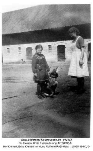 Skuldeinen, Hof Kleinert, Erika Kleinert mit Hund Rolf und RAD-Maid