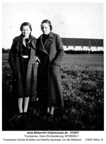 Trumpenau Ursula Scheiba und Martha Sprenger vor der Molkerei