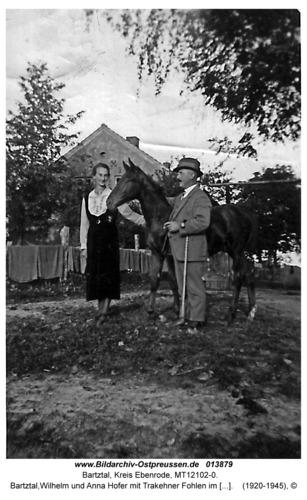 Bartztal, Wilhelm und Anna Hofer mit Trakehner Fohlen im Garten