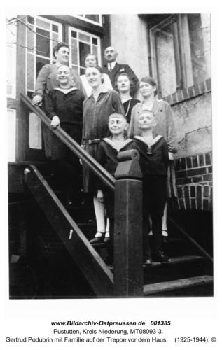 Pustutten, Gertrud Podubrin mit Familie auf der Treppe vor dem Haus