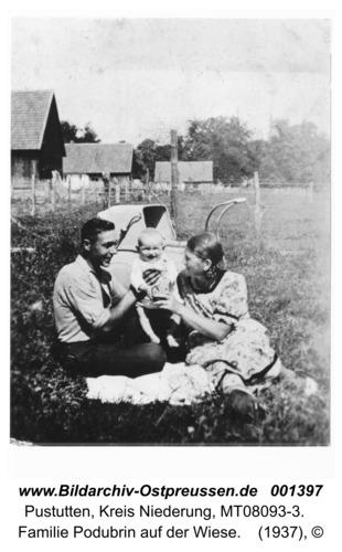 Pustutten, Familie Podubrin auf der Wiese